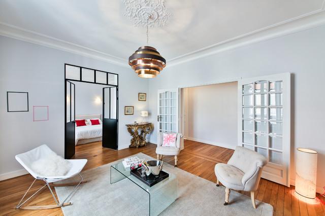 Aménagement d'un salon éclectique de taille moyenne et fermé avec un sol en bois brun, une salle de réception, un mur gris, une cheminée standard et aucun téléviseur.