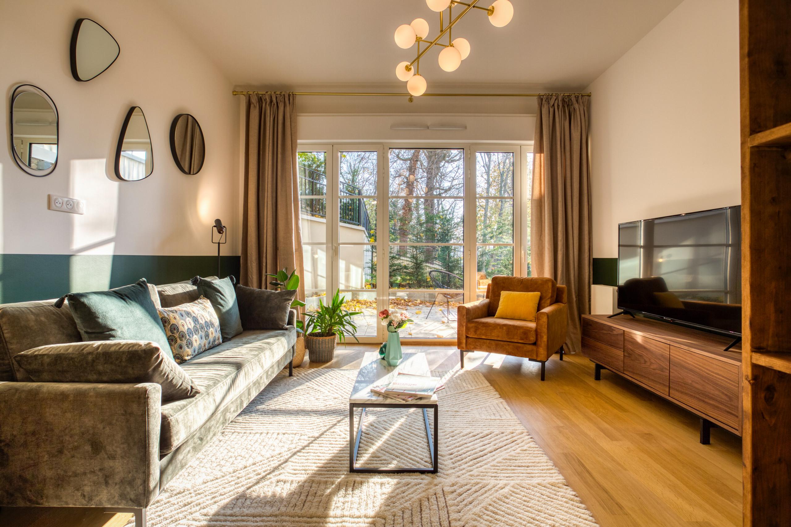 Idées déco pour un salon classique de taille moyenne et ouvert avec un mur vert, un sol en bois clair et un sol marron.