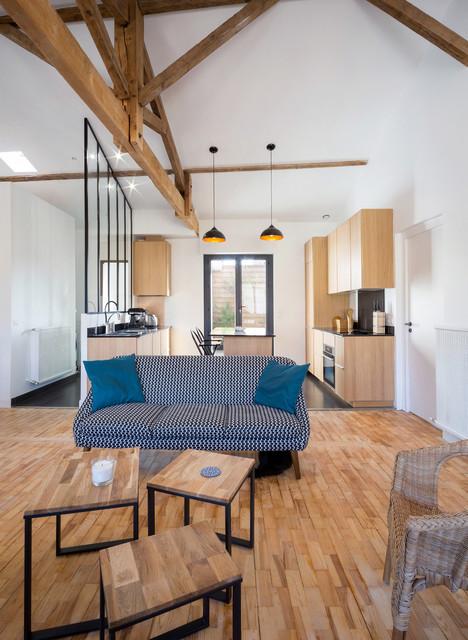 Salon contemporain dans un T3 chaleureux - Modern ...