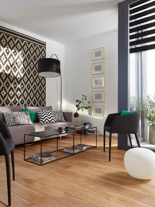 salon avec tapis à motifs accroché au mur derrière le canapé