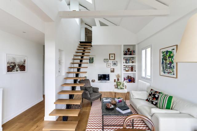 Un salon contemporain dans un duplex sous les toits