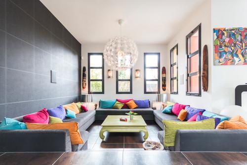 canapé gris aux multiples coussins colorés