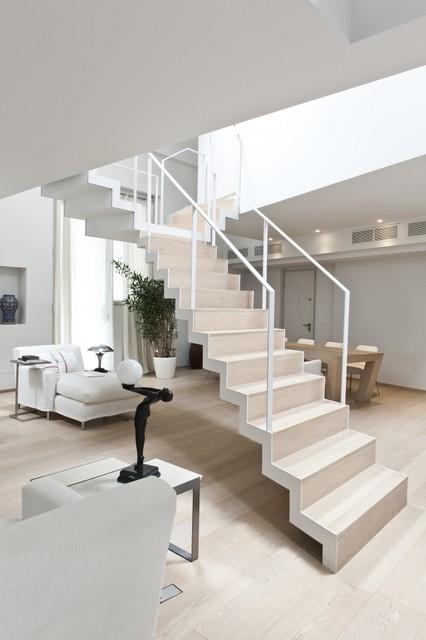 Appartamento milano piazza marinai di italia for Arredare pianerottolo scale