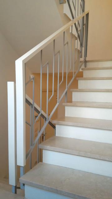Nuovo corrimano in legno laccato bianco opaco su parapetto for Tappeti per scale in legno