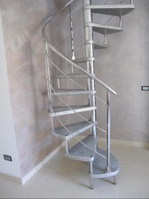 Scala chiocciola con gradini in resina for Arredare pianerottolo scale
