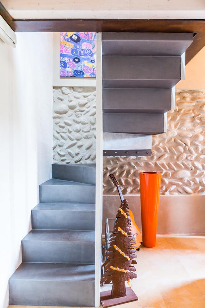 """Esempio di una scala a """"U"""" contemporanea di medie dimensioni con pedata in cemento e alzata in cemento"""