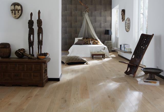 Großes Tropisches Hauptschlafzimmer ohne Kamin mit hellem Holzboden, beigem Boden und grauer Wandfarbe in Düsseldorf
