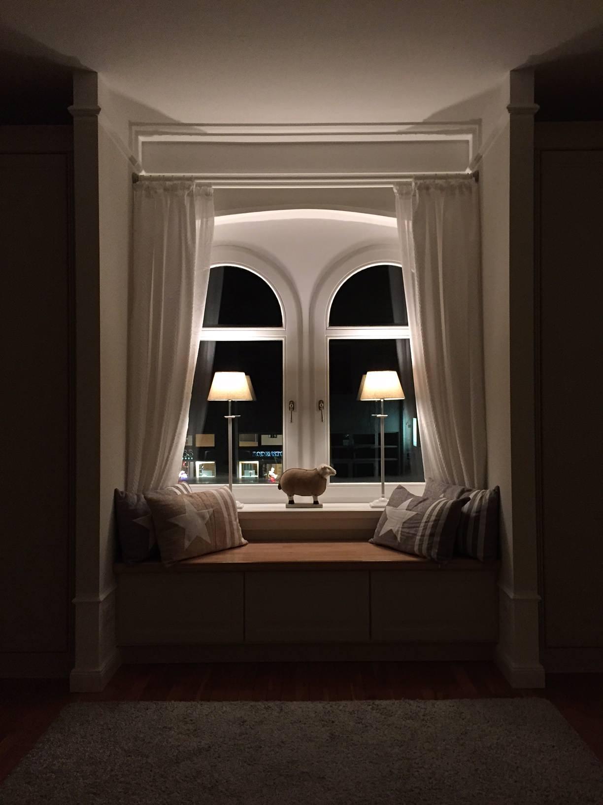 Fenstersitzbank im abendlichen Lampenschein