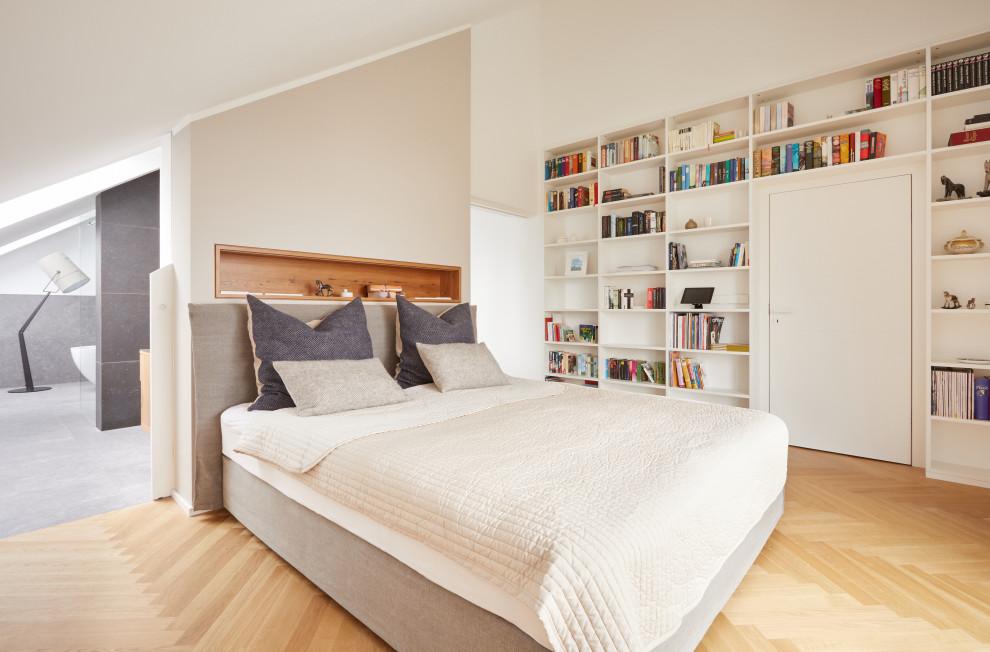 Modernes Hauptschlafzimmer ohne Kamin mit weißer Wandfarbe, hellem Holzboden und gewölbter Decke in München