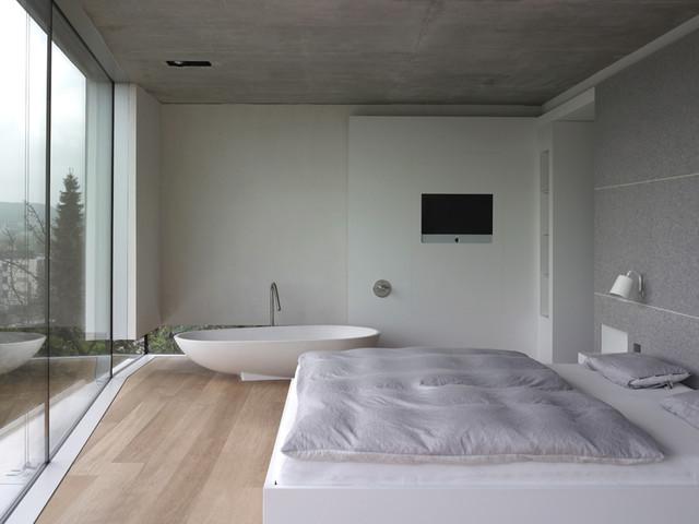 Haus T Schlafzimmer mit freistehender Badewanne - Minimalistisch ...