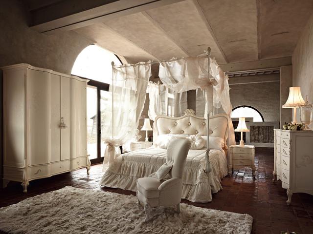 Großes Klassisches Hauptschlafzimmer mit beiger Wandfarbe in Sonstige
