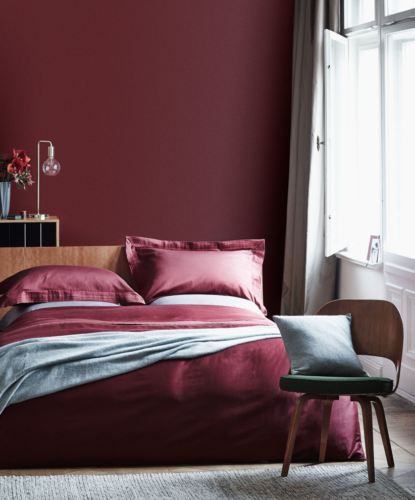 Example of a bedroom design in Berlin with red walls