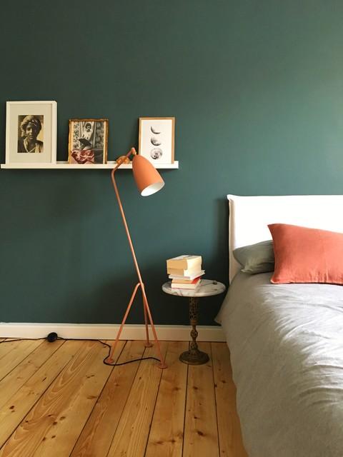 Schlafzimmer mit grüner Wand und Altrosa Accessoires ...