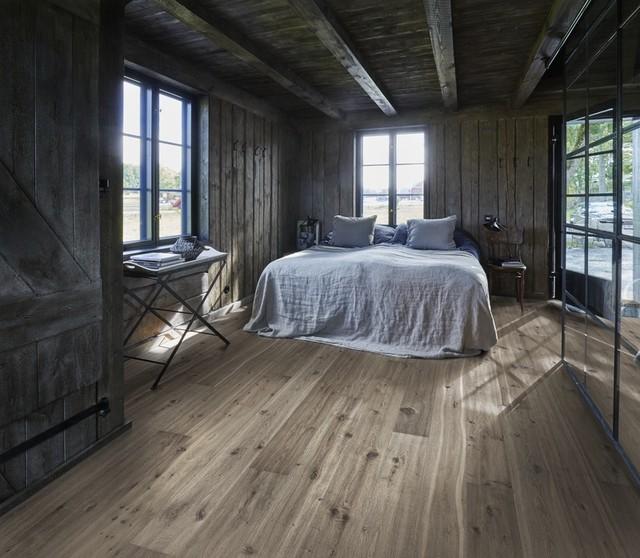 skandinavisches Schlafzimmer mit Holzboden