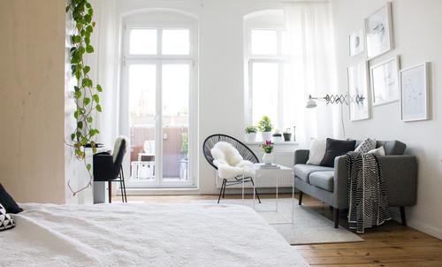 Wohn- , Schlaf- und Arbeitsbereich in einem Zimmer