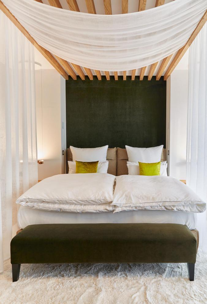 Modernes Schlafzimmer mit weißer Wandfarbe, Teppichboden und weißem Boden in Frankfurt am Main