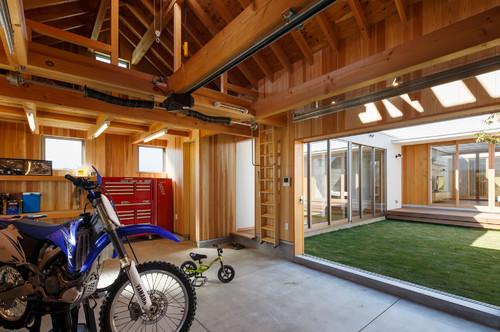 【Houzz】ショールームのようなガレージと駐輪場のある家 8番目の画像