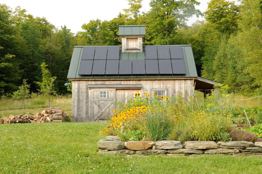 Example of a cottage barn design in Burlington