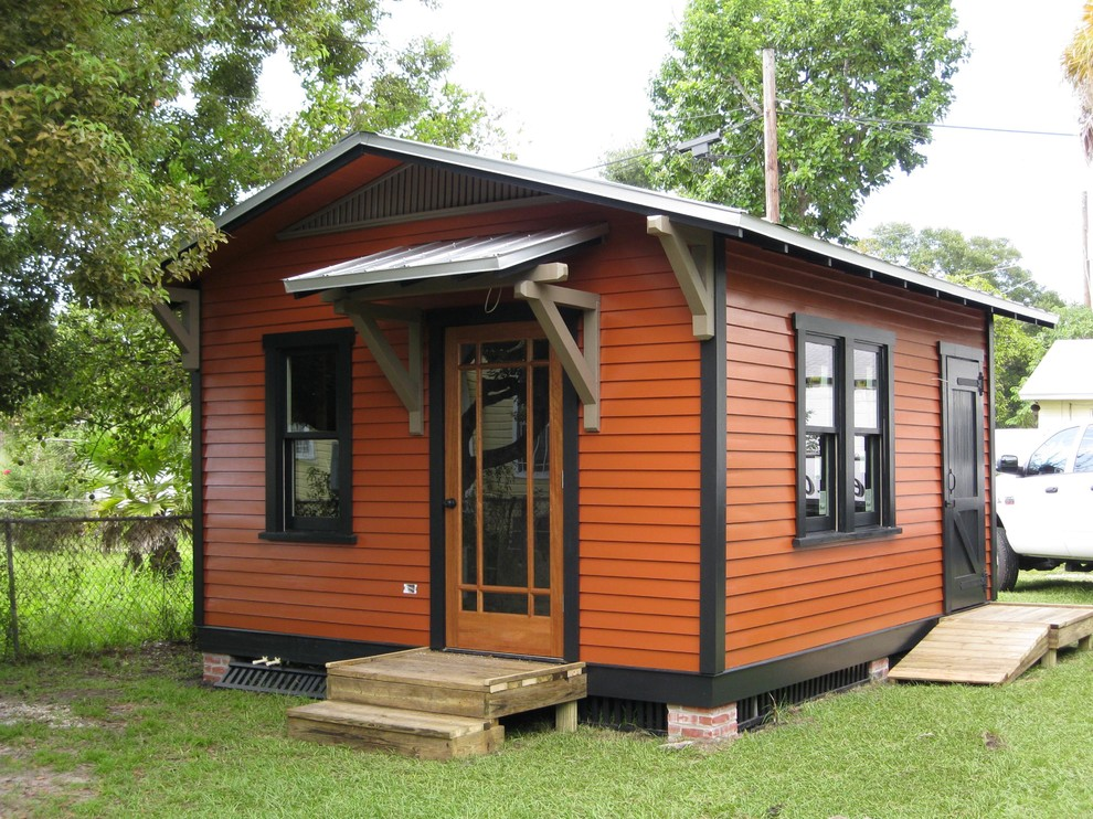 Guesthouse - small traditional detached guesthouse idea in Tampa