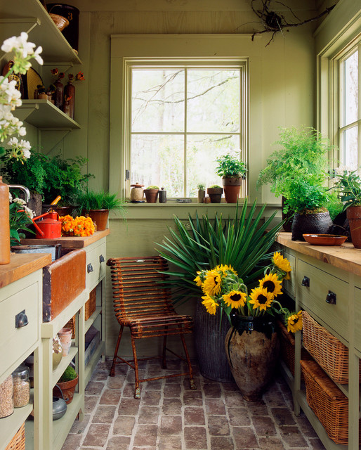 Inspiration for a timeless garden shed remodel in Atlanta