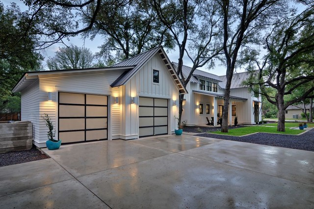 Modern farmhouse farmhouse garage and shed austin for Farm style garage doors