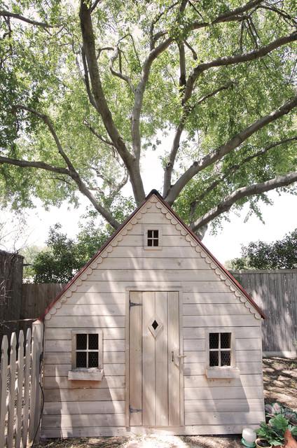 My houzz toys and art make merry in a texas home landhausstil gartenhaus dallas von - Gartenhaus einrichtungstipps ...