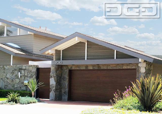 Orange county modern style garage door pivot courtyard for Mid century modern garage