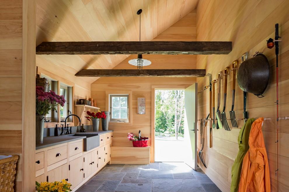 Idée de décoration pour un très grand abri de jardin champêtre avec un abri de jardin.