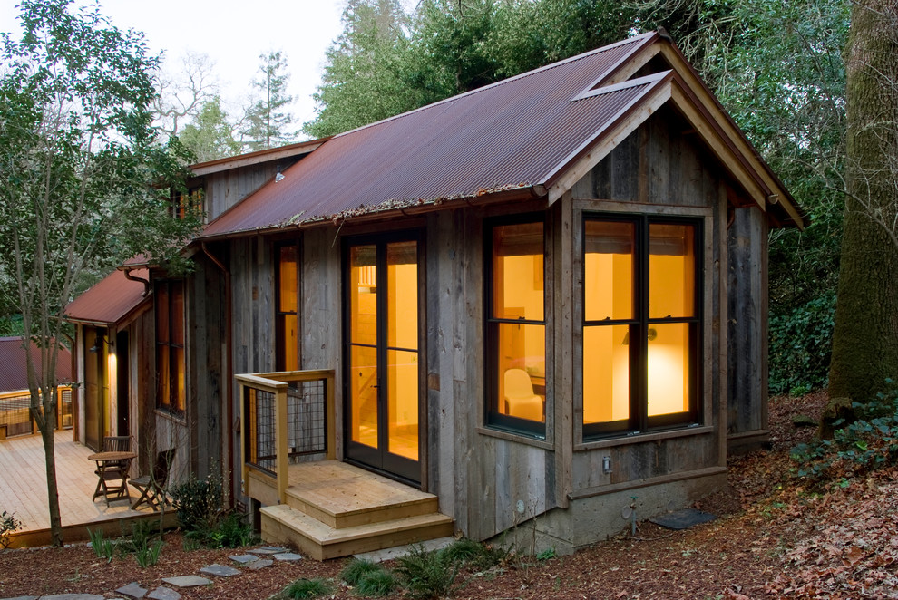 Example of a mountain style guesthouse design in San Francisco