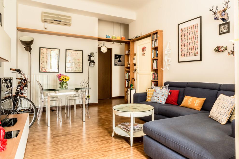 Esempio di un soggiorno boho chic chiuso con pareti bianche, pavimento in legno massello medio e pavimento marrone
