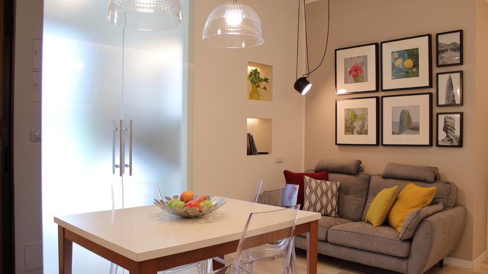 Ispirazione per un piccolo soggiorno contemporaneo aperto con libreria, pareti beige e pavimento in gres porcellanato