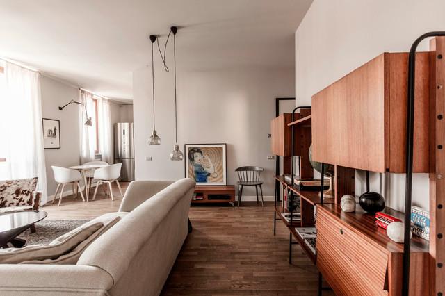 Großes, Offenes Modernes Wohnzimmer mit weißer Wandfarbe und dunklem Holzboden in Mailand
