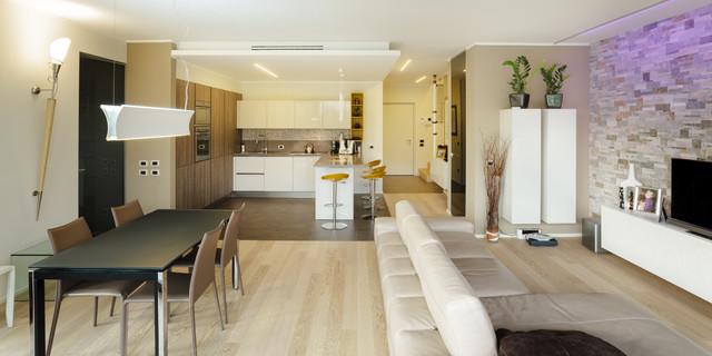 Foto di un ampio soggiorno design aperto con pareti beige, parquet chiaro e TV autoportante