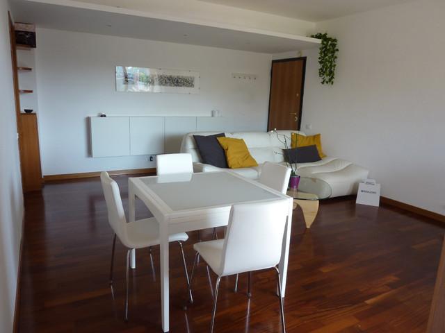 Foto di un soggiorno design di medie dimensioni e aperto con pareti bianche e pavimento in legno massello medio