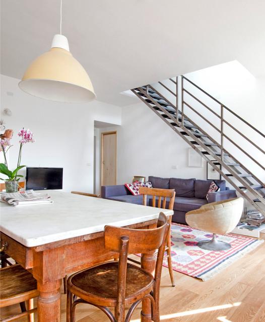 Casa con scala e terrazzo shabby chic style soggiorno for Piani di casa con spazi di vita all aperto