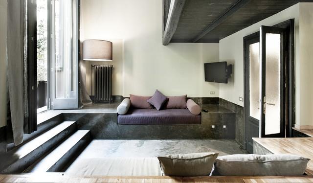 Immagine di un soggiorno industriale di medie dimensioni e chiuso con pareti bianche e TV a parete