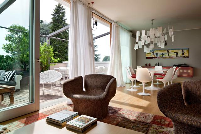 Ispirazione per un grande soggiorno contemporaneo aperto con pareti grigie e pavimento in legno massello medio