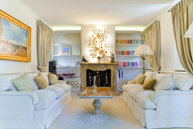 Idee per un soggiorno chic con moquette, camino classico, nessuna TV, sala formale, pareti bianche e pavimento bianco