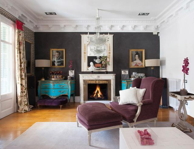 Ispirazione per un soggiorno chic chiuso con sala formale, pavimento in legno massello medio, camino classico, nessuna TV, pareti bianche e cornice del camino in pietra