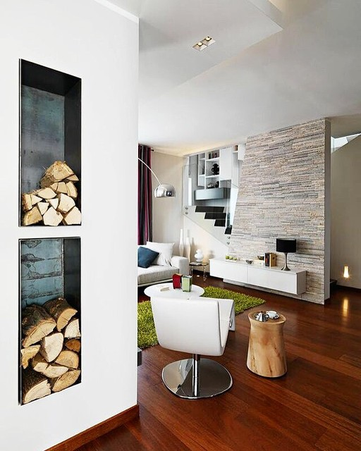 Immagine di un grande soggiorno contemporaneo aperto con pareti bianche, pavimento in legno massello medio, camino bifacciale e cornice del camino in intonaco