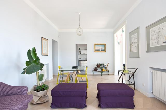 Esempio di un ampio soggiorno boho chic aperto con pavimento in legno massello medio, TV a parete e pavimento beige