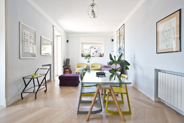 Ispirazione per un ampio soggiorno boho chic aperto con pavimento in legno massello medio, TV a parete e pavimento beige