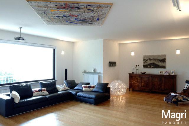 Parquet in rovere per un 39 ambientazione moderna moderno for Mobili per il soggiorno moderni