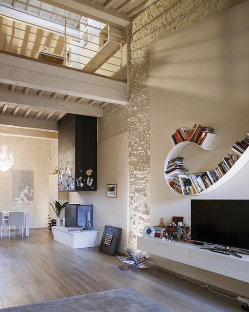 Foto di un grande soggiorno contemporaneo aperto con pareti beige, parquet chiaro e TV autoportante