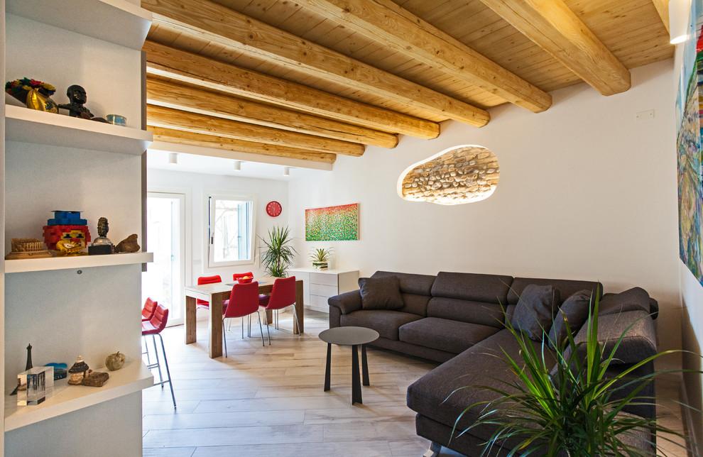 Foto di un soggiorno contemporaneo aperto con pareti bianche, nessun camino e pavimento beige