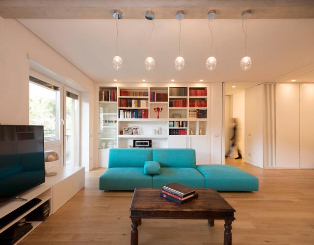 Immagine di un grande soggiorno contemporaneo aperto con pareti bianche, parquet chiaro e TV autoportante