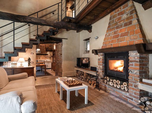 Una storica cascina recuperata in campagna soggiorno for Salotto con camino arredamento