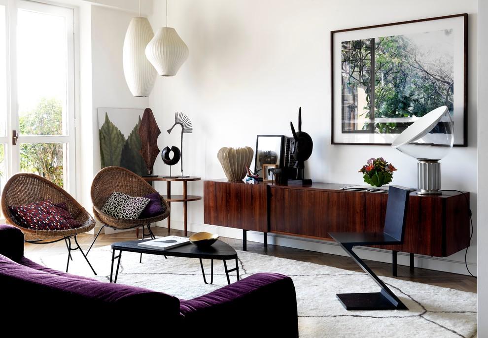 Ispirazione per un soggiorno contemporaneo con pareti bianche, parquet scuro e nessuna TV