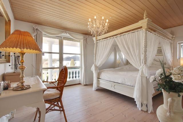 Inredning av ett klassiskt stort sovrum, med vita väggar och ljust trägolv