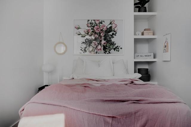 Inspiration för ett litet nordiskt sovrum, med vita väggar